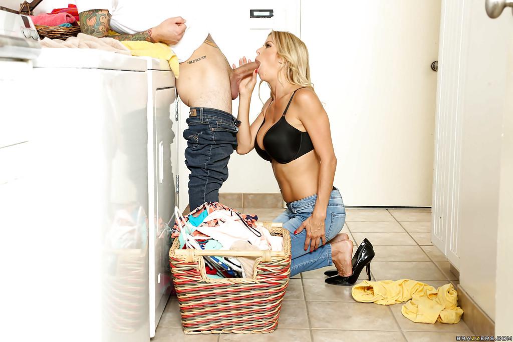 Bardzo się podniecił jej seksownym ciałkiem (14)