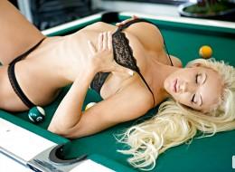 Seksowna blondynka w prześwitującej bieliźnie (4)