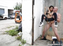 Meksykanka i meksykanin uprawiają seks na ulicy (2)