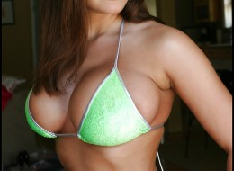 Założyła bikini i wybrała się na basen (2)