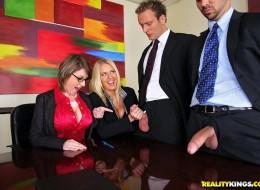 Szefowe dają dupy swoim pracownikom (11)