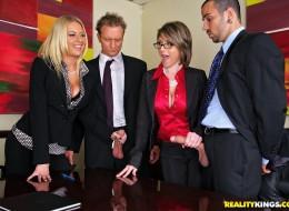 Szefowe dają dupy swoim pracownikom (9)