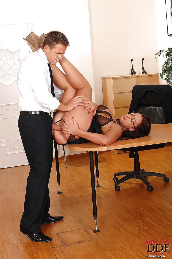 Zboczona sekretarka uwiodła swojego szefa (5)