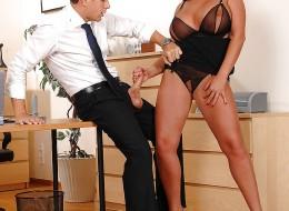 Zboczona sekretarka uwiodła swojego szefa (7)