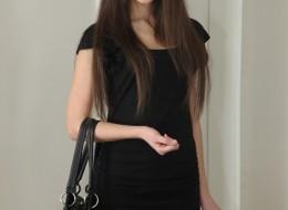 Zobacz co ta piękna dziewczyna nosi pod sukienką (7)