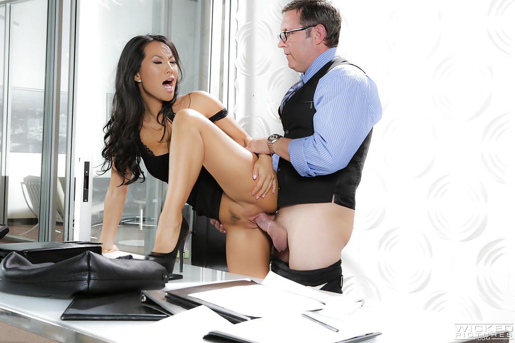 Azjatka zapinana przez swojego szefa (2)