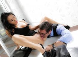Azjatka zapinana przez swojego szefa (4)