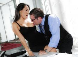 Azjatka zapinana przez swojego szefa (5)