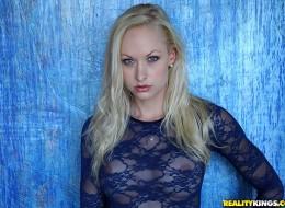 Blondynka w ładnej prześwitującej bieliźnie (2)