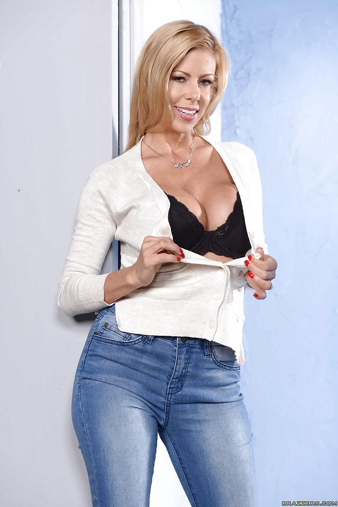 Rozpięła spodnie i koszule (6)