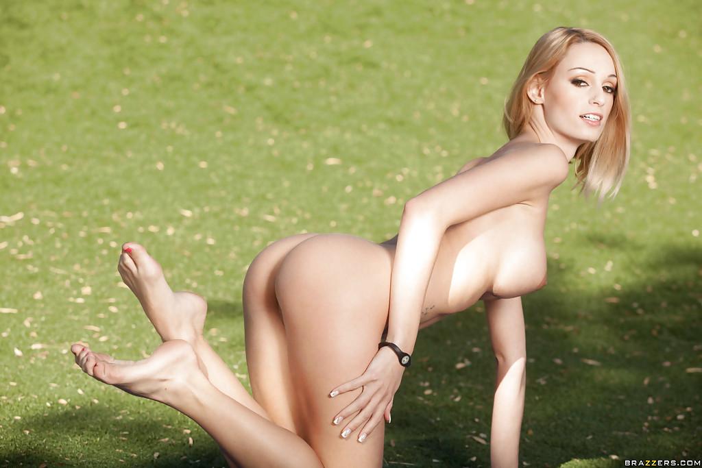 Wysportowana blondyna dba o swoje ciało (3)