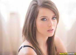 Chuda i seksowna nastolatka ściąga stanik (6)