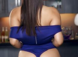 Niebieski strój opina się na jej młodej dupci (6)