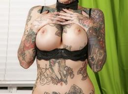 Duże cyce tatuaże i zielone włosy (6)