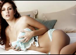 Piękna brunetka w seksownej błękitnej bieliźnie (6)