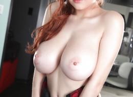 Ruda z wielkimi naturalnymi piersiami to jest to czego szukasz (1)