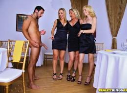 Seksowne milfy chcą zaszaleć z kelnerem (5)