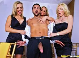 Seksowne milfy chcą zaszaleć z kelnerem (6)