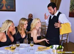 Seksowne milfy chcą zaszaleć z kelnerem (8)