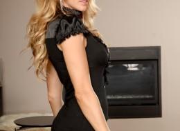 Sympatyczna blondynka wypina się w seksownej bieliźnie (13)