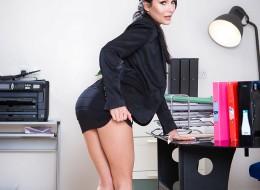 Szefowa z wielkim dekoltem robi striptiz po godzinach (9)