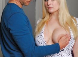 Dotyka i ściska jej naturalne piersi (5)