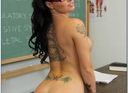 Gorąca studentka wypina się na biurku (2)