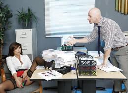 Kolega z pracy przyłapał ją jak robiła sobie dobrze (10)