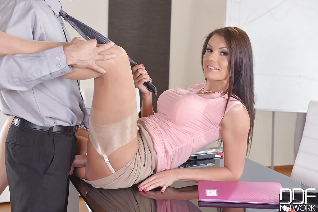 Piękna koleżanka z biura lubi się zabawić (10)