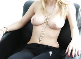 Piękna naturalna blondynka w czarnych kozaczkach (5)