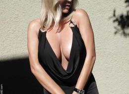 Z czarnej sukni wystają jej duże melony (1)