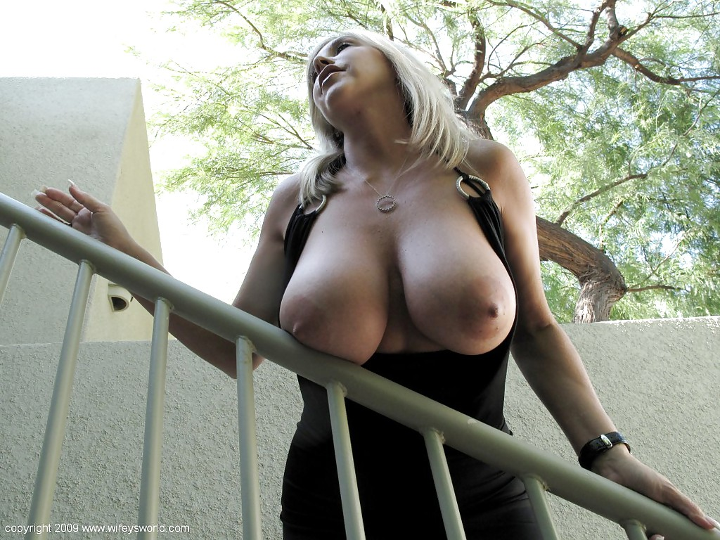 Z czarnej sukni wystają jej duże melony (2)