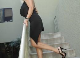 Z czarnej sukni wystają jej duże melony (3)
