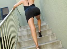 Z czarnej sukni wystają jej duże melony (4)