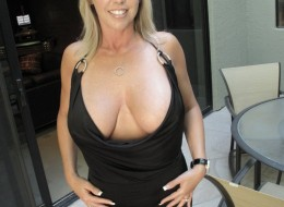 Z czarnej sukni wystają jej duże melony (6)