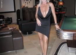 Z czarnej sukni wystają jej duże melony (8)