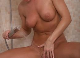Chętna blondynka w kabinie prysznicowej (4)