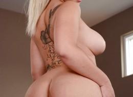 Duże pośladki ładnej blondynki (1)