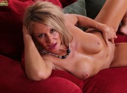 Ona czeka na ciebie na czerwonej sofie (2)