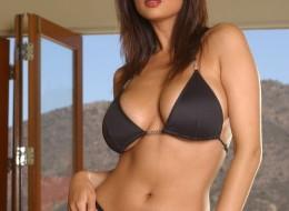 Piękna modelka pozuje w ciemnym bikini (10)