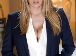 Striptiz ładnej i naturalnej blondzi (9)