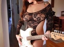 Cycolina lubi grać na gitarze (8)
