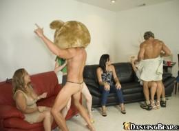 Fajne panienki lubią bawić się z kutasami (8)
