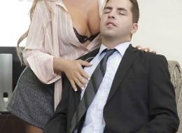 Blond okularnica to piękna i zmysłowa kochanka szefa (10)
