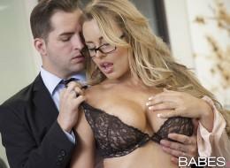 Blond okularnica to piękna i zmysłowa kochanka szefa (8)