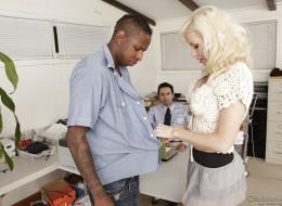 Blondi gździ się z czarnym kochankiem na oczach mężulka (8)