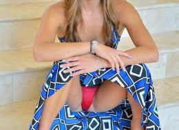 Pod swoją niebieską suknią skrywa sucze tajemnice (8)