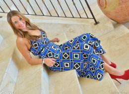 Pod swoją niebieską suknią skrywa sucze tajemnice (9)