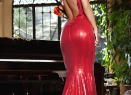 W długiej czerwonej sukni robi furorę (7)