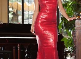 W długiej czerwonej sukni robi furorę (9)